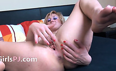 sexy blond fisting her pussy
